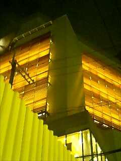 ストーブみたいな灯りですが、これは「茶屋町NU」ってビル。