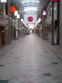 新年の商店街の図。わびさび。