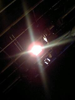 「うたかたの、しあわせに」開演前の一枚。漫画みたいな光の筋に見とれる。